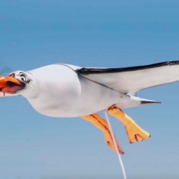 """Дрон Nivea у вигляді чайки """"гадить"""" на людей сонцезахисним кремом"""